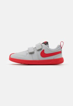 Nike Performance - PICO 5 UNISEX - Sportschoenen - light smoke grey/universe red/dark smoke grey/white