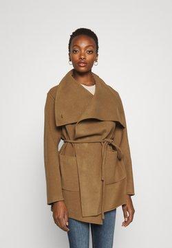 CLOSED - ELVY BELTED COAT FUNNEL NECK - Krótki płaszcz - dark tan