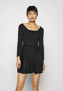 Calvin Klein Jeans - LOGO WAISTBAND PLEATED DRESS - Jerseykleid - black