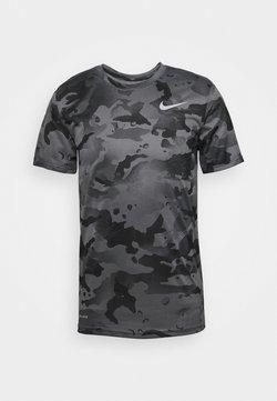 Nike Performance - DRY TEE CAMO - T-shirt imprimé - smoke grey/grey fog
