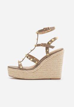 Missguided - DOME STUD WEDGE - Korolliset sandaalit - taupe