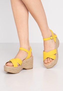 Dorothy Perkins - RUMBA MID HEIGHT EASY FLATFORM  - Korolliset sandaalit - yellow