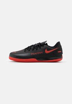 Nike Performance - JR PHANTOM GT ACADEMY IC UNISEX - Fußballschuh Halle - black/chile red/dark smoke grey