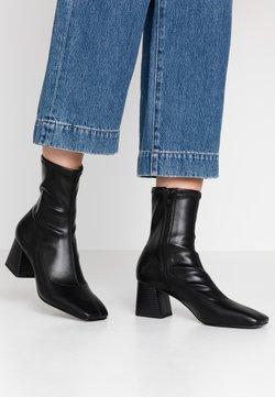 Monki - VEGAN LEIA BOOT - Korte laarzen - black