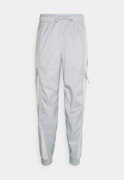 Nike Sportswear - PANT - Jogginghose - grey fog/summit white/infrared