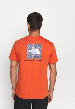 The North Face - REDBOX TEE - T-shirt imprimé - burnt ochre/monterey blue ashbury