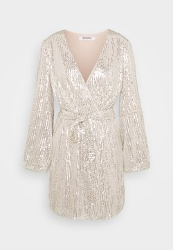 Glamorous - SEQUIN V NECK WRAP DRESS - Cocktailkleid/festliches Kleid - nude/silver