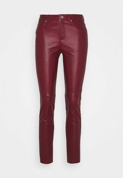 RIANI - Pantalon en cuir - amarena