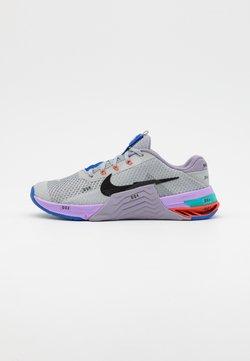 Nike Performance - METCON 7 UNISEX - Kuntoilukengät - light smoke grey/black/violet haze/lilac/team orange/racer blue