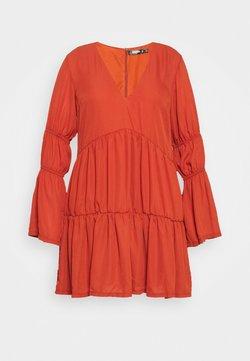 Missguided Plus - PLUS PLUNGE LAYERED SMOCK DRESS - Freizeitkleid - rust