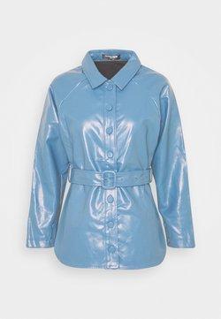 Fashion Union Petite - ABBA - Imitatieleren jas - blue