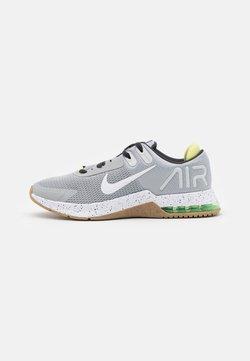 Nike Performance - AIR MAX ALPHA TRAINER 4 - Chaussures d'entraînement et de fitness - light smoke grey/white/dark smoke grey/limelight/light brown