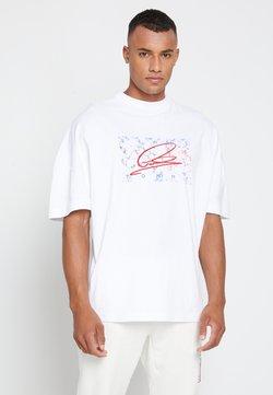 Tommy Hilfiger - LEWIS HAMILTON UNISEX OVERSIZED LOGO TEE - T-shirt z nadrukiem - white