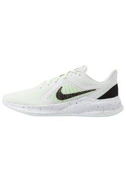 Nike Performance - DOWNSHIFTER 10 SE - Zapatillas de running neutras - summit white/black/ghost green/royal pulse/plum dust/white