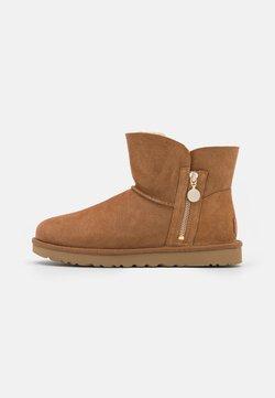 UGG - BAILEY ZIP MINI - Winter boots - chestnut