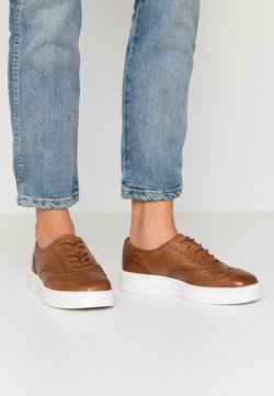 Clarks - HERO BROGUE - Stringate sportive - tan