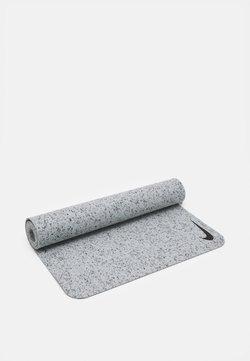 Nike Performance - MOVE YOGA MAT 4 MM UNISEX - Fitness/yoga - light smoke grey