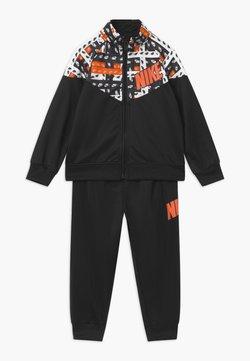 Nike Sportswear - HACKED VARSITY SET UNISEX - Survêtement - black