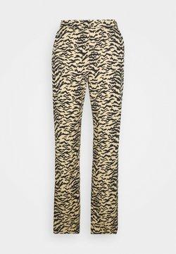 Good American - SIDE SLIT - Stoffhose - sand zebra