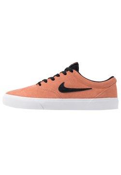 Nike SB - CHARGE - Skateschuh - terra blush/black