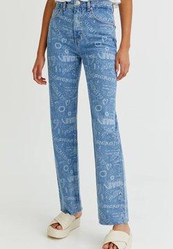 PULL&BEAR - MIT ALLOVER-PRINT UND HOHEM BUND - Jeans a sigaretta - light blue