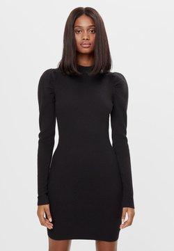 Bershka - MIT RAFFUNG AN DEN SCHULTERN - Sukienka etui - black