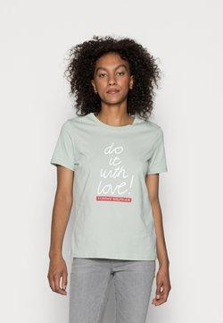Tommy Hilfiger - SLOGAN - T-shirt z nadrukiem - delicate jade