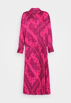 Gina Tricot - LOLA PLEATED DRESS - Sukienka koszulowa - pink/black