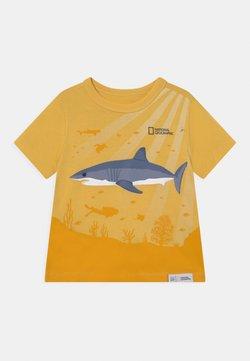 GAP - NATIONAL GEOGRAPHIC TODDLER BOY GRAPHICS - Camiseta estampada - country yellow