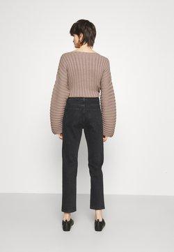 House of Dagmar - DEVINE - Straight leg jeans - washed black