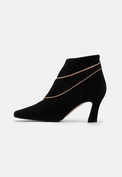 Oxitaly - CLOE - Ankle Boot - nero/antik gold