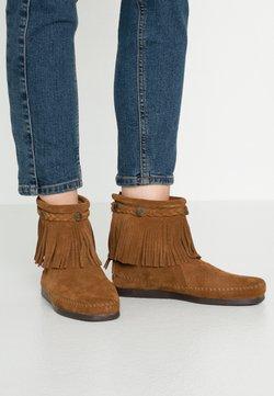 Minnetonka - HI TOP BACK ZIP ANKLE BOOT - Stiefelette - brown