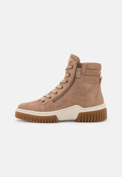Gabor - Sneakersy wysokie - desert