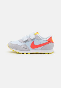 Nike Sportswear - VALIANT UNISEX - Sneaker low - football grey/bright crimson