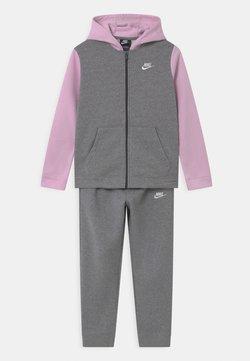 Nike Sportswear - CORE SET  - Survêtement - carbon heather/dark grey/arctic pink