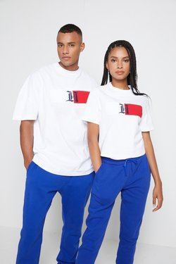 Tommy Hilfiger - LEWIS HAMILTON UNISEX CLASSIC LOGO TEE - T-shirt z nadrukiem - white