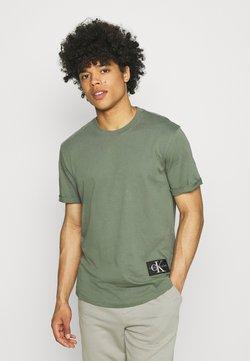Calvin Klein Jeans - BADGE TURN UP SLEEVE - Camiseta básica - duck green