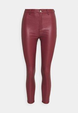 Missguided Petite - VICE HIGH WAISTED COATED SKINNY - Stoffhose - burgundy