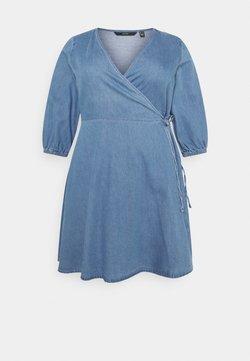 Vero Moda Curve - VMHENNA WRAP SHORT DRESS - Jeanskleid - light blue