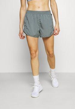 Nike Performance - TEMPO LUXE SHORT  - kurze Sporthose - smoke grey/smoke grey/silver