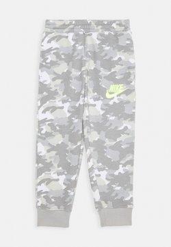 Nike Sportswear - CRAYON CAMO - Jogginghose - light smoke grey/smoke grey/volt