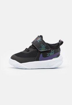 Nike Performance - TEAM HUSTLE UNISEX - Indoorskor - black/multicolor/chlorine blue/white