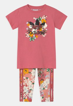 adidas Originals - CREW SET HER LONDON ALL OVER PRINT ORIGINALS TRACKSUIT - Legging - hazy rose/multicolor/black