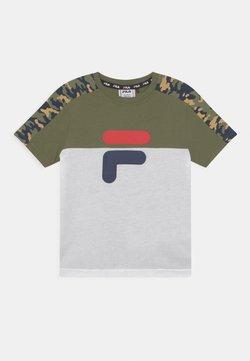 Fila - NOAH TEE - Camiseta estampada - olivine/bright white/desert
