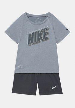 Nike Sportswear - RAGLAN SET  - T-shirt print - anthracite
