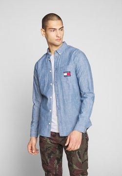 Tommy Jeans - CHAMBRAY BADGE SHIRT - Hemd - mid indigo