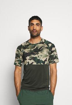Nike Performance - SLIM CAMO - T-shirt con stampa - sequoia/black
