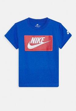 Nike Sportswear - FAUX FUTURA PATCH TEE - T-shirt z nadrukiem - game royal