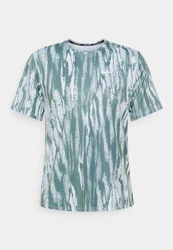 Nike Performance - MILER - T-shirt imprimé - barely green