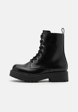 Monki - VEGAN LEANDRA BOOT - Platform-nilkkurit - black